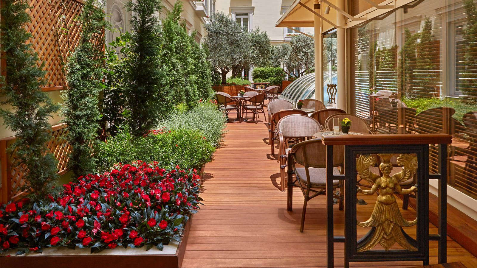 Alexanders-Cigar-Lounge-Bar-Exterior-at-Hotel-Grande-Bretagne-Athens-best-bar-in-town